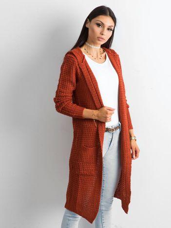 Ceglasty długi sweter z dzianiny