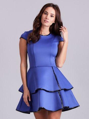 Chabrowa sukienka z błyszczącym wykończeniem