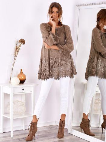 Ciemnobeżowa swetrowa tunika boho z koronką