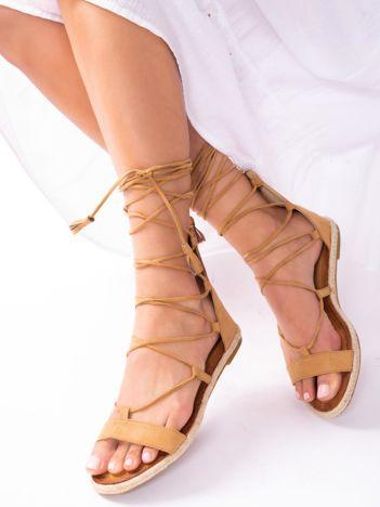 Ciemnobeżowe sandały z suwakiem na tyle cholewki, z ozdobnym wiązaniem