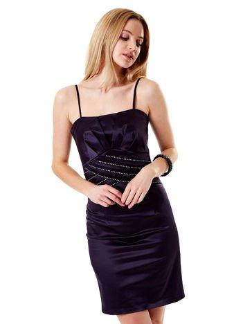 Ciemnofioletowa sukienka z błyszczącą aplikacją