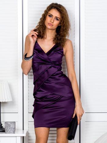 Ciemnofioletowa sukienka z kopertowymi falbanami