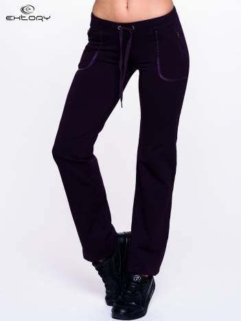 Ciemnofioletowe spodnie dresowe ze skórzaną lamówką