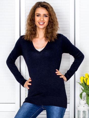 Ciemnogranatowy sweter V-neck