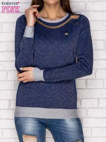 Ciemnoniebieska bluza z łańcuszkiem i wycięciami