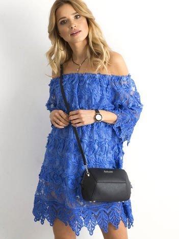 Ciemnoniebieska sukienka odsłaniająca ramiona