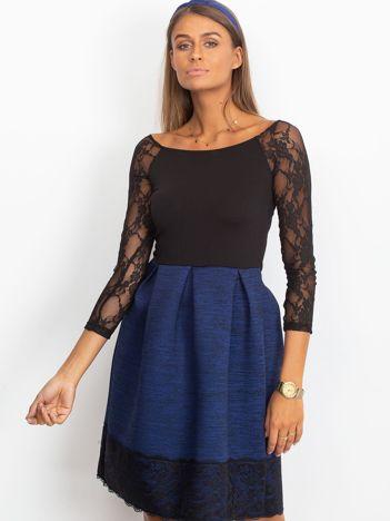 Ciemnoniebieska sukienka z koronkową lamówką