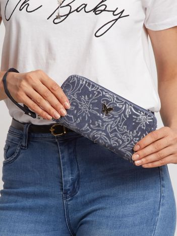 Ciemnoniebieski portfel we wzory