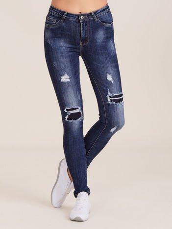 Ciemnoniebieskie jeansy z dziurami