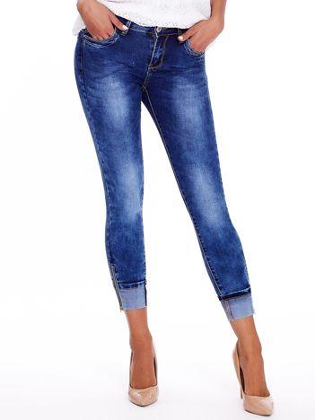 Ciemnoniebieskie podwijane jeansy z suwakami