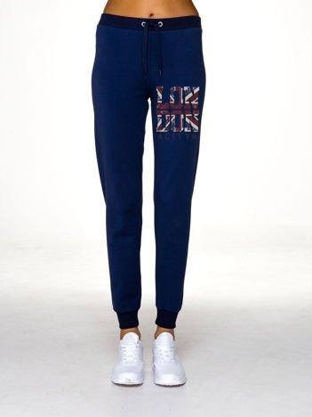 Ciemnoniebieskie spodnie dresowe z brytyjskim nadrukiem