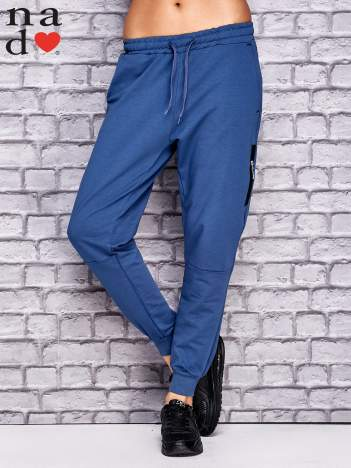 Ciemnoniebieskie spodnie dresowe z zasuwaną kieszonką