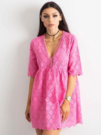 Ciemnoróżowa sukienka o luźnym kroju