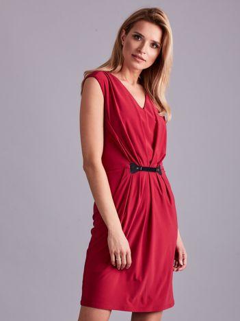 Ciemnoróżowa sukienka z ozdobnym drapowaniem