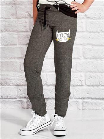 Ciemnoszare spodnie dresowe dla dziewczynki z napisem FOLLOW MY FEET
