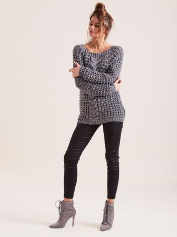 Ciemnoszary sweter o szerokim splocie