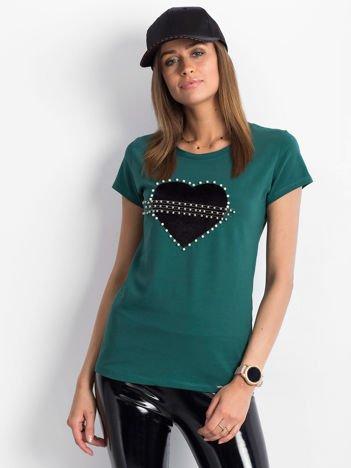 Ciemnozielony t-shirt z aksamitnym sercem i perełkami