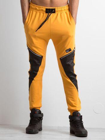 Ciemnożółte spodnie dresowe męskie z aplikacją