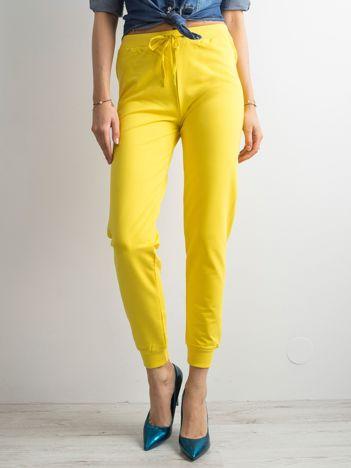 Ciemnożółte spodnie dresowe z troczkami