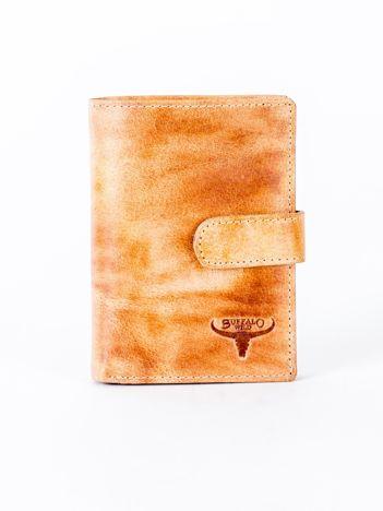 Cieniowany camelowy portfel z tłoczeniem