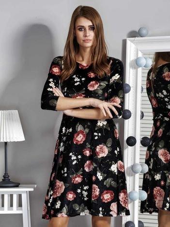 Czarna aksamitna sukienka w kwiaty