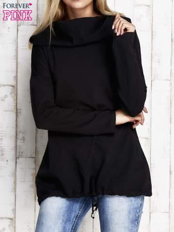 Czarna bluza z szerokim kołnierzem