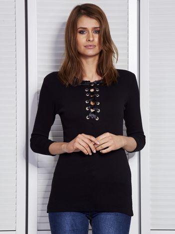 Czarna bluzka w prążek z wiązanym dekoltem