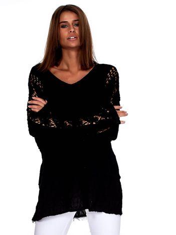 Czarna bluzka z koronkowymi wstawkami na rękawach