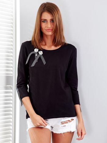 Czarna bluzka z ozdobnymi przypinkami