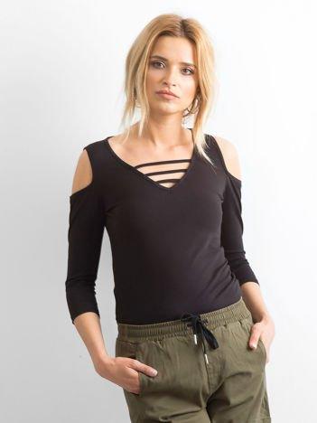 Czarna bluzka z paseczkami przy dekolcie