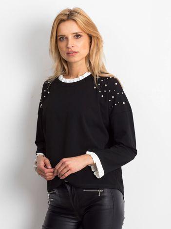 Czarna bluzka z perełkami i kontrastowym wykończeniem