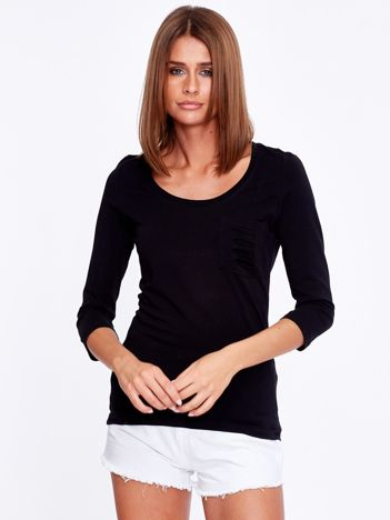 Czarna bluzka z rozcięciami na kieszonce