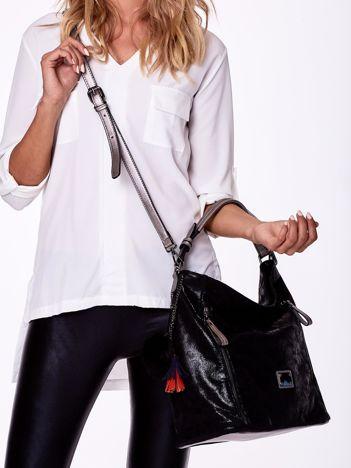 Czarna błyszczącą torba na ramię z pomponikiem