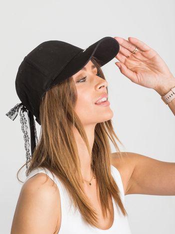 Czarna czapka z daszkiem z przypinką