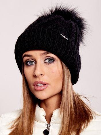 Czarna czapka ze ściągaczem i pomponem