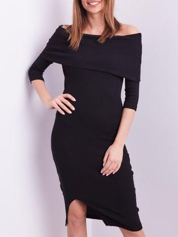 Czarna dopasowana sukienka z odkrytymi ramionami