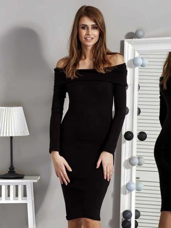 Czarna dzianinowa sukienka z szerokim dekoltem