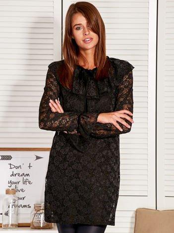 Czarna koronkowa sukienka z falbaną przy dekolcie