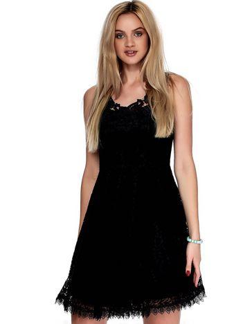 Czarna koronkowa sukienka z ozdobnym dekoltem