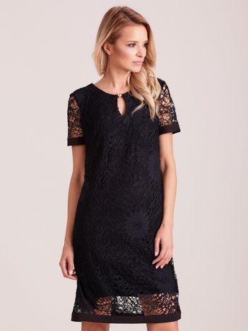 Czarna koronkowa sukienka z wycięciem