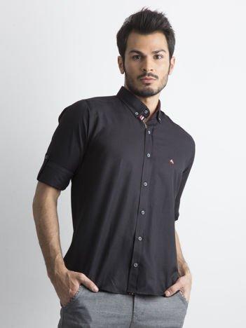Czarna koszula z podwijanymi rękawami