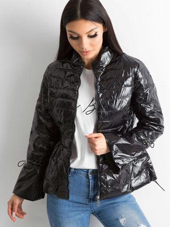 Czarna kurtka z szerokimi rękawami