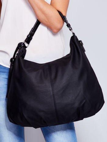 Czarna miękka torba na ramię z ozdobną przywieszką