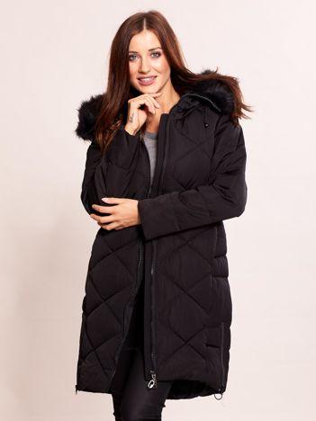 Czarna pikowana kurtka na zimę z futrzanym kołnierzem