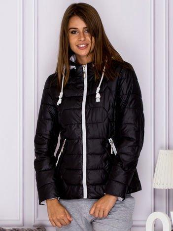 Czarna pikowana kurtka przejściowa z ozdobnymi suwakami