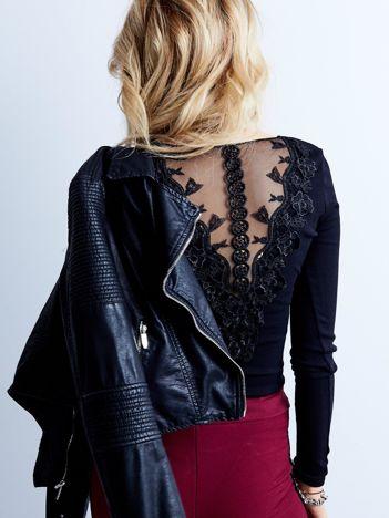 Czarna prążkowana bluzka z ozdobnym tyłem