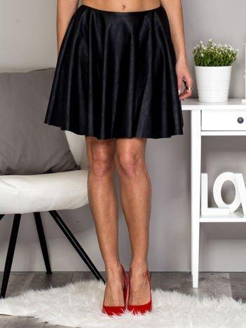 Czarna rozkloszowana skórzana spódnica