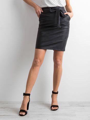 Czarna spódnica z ekoskóry z wiązaniem