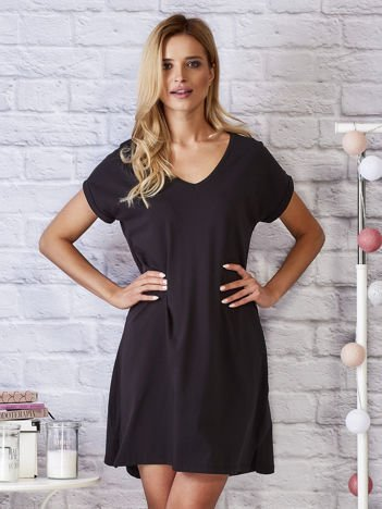 Czarna sukienka dresowa z trójkątnym dekoltem