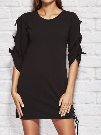 Czarna sukienka dzienna z kokardami na rękawach
